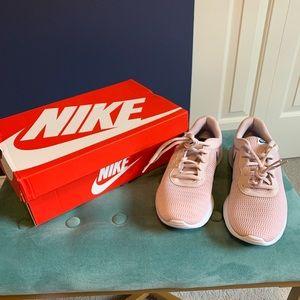 Nike Tanjun gym shoe- SIZE 6Y— also fits Women 6.5